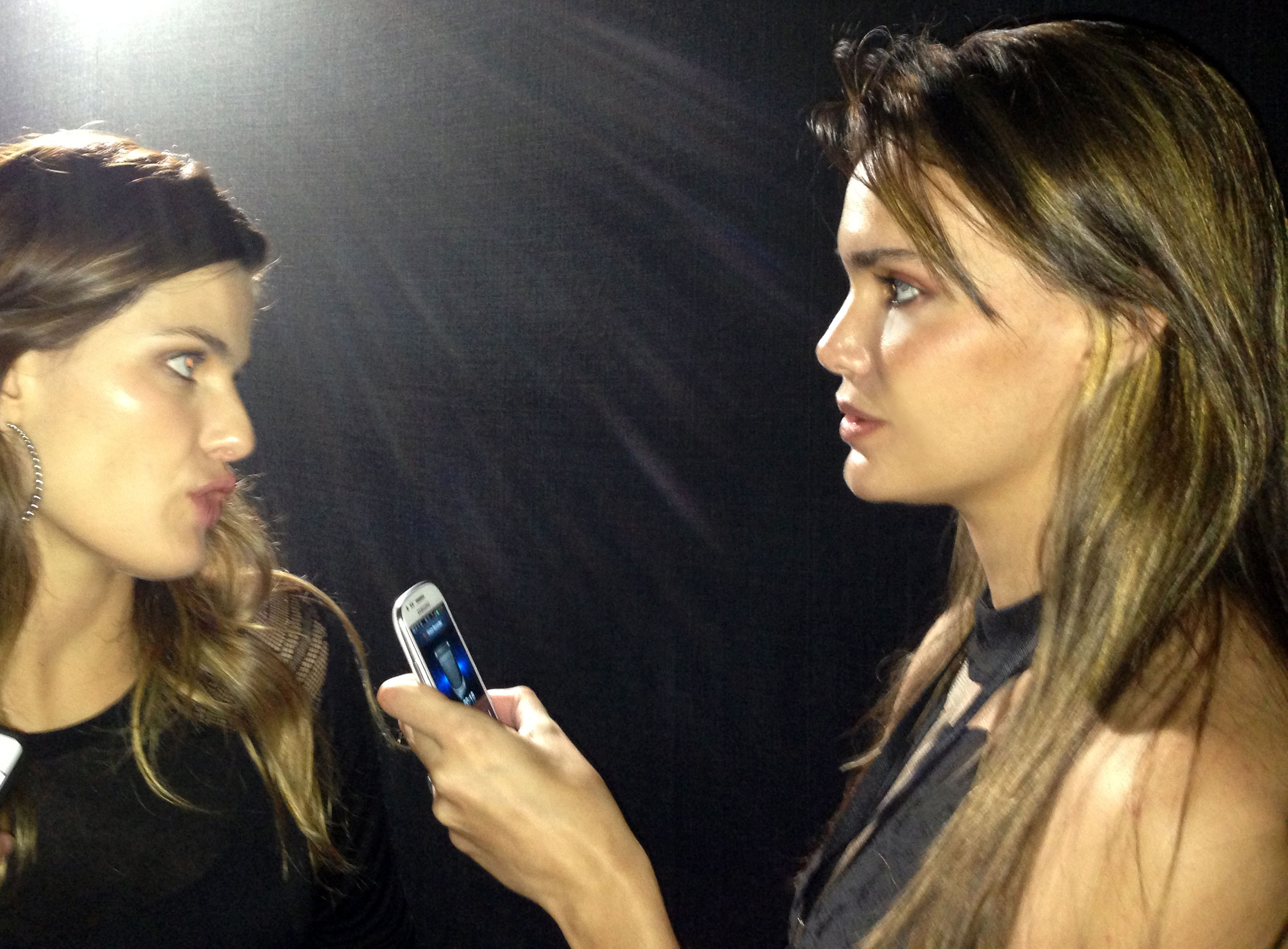 Isabeli talks with Camila Alves. (Photo: JETSS)