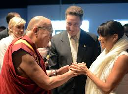 His Holiness Dalai Lama and Eva Longoria during an event this Wednesday (26th). (Photo: JETSS)