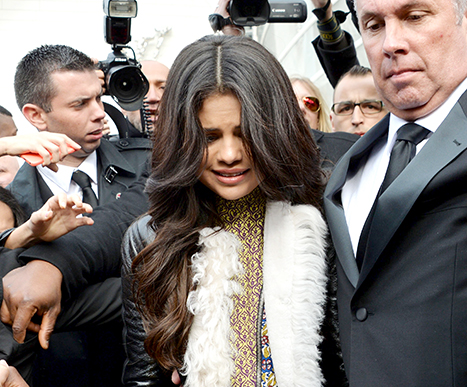 Gomez looking terrified as crowd surrounds her in Paris (Photo: fameflynet)