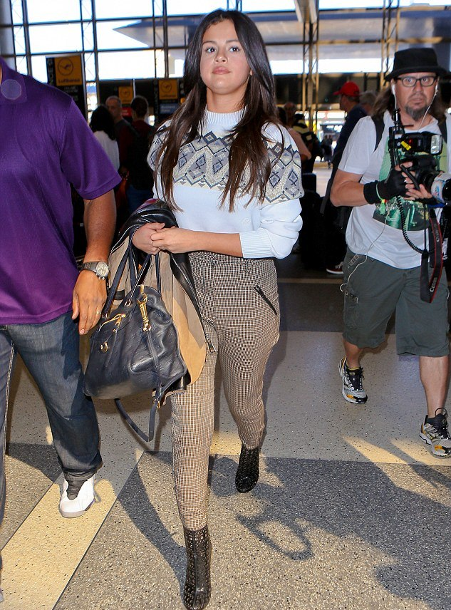 Gomez jetting off to Paris for Fashion Week (Photo: juliano/x17online)