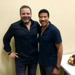 Lionel Richie poses with the CEO of Forbes Brazil, Antonio Camarotti. (Photo: JETSS)
