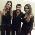 JETSS co-founders Graziela and Camila Alves with Lionel Richie in his dressing room at the Ginásio do Ibirapuera in São Paulo. (Photo: JETSS)