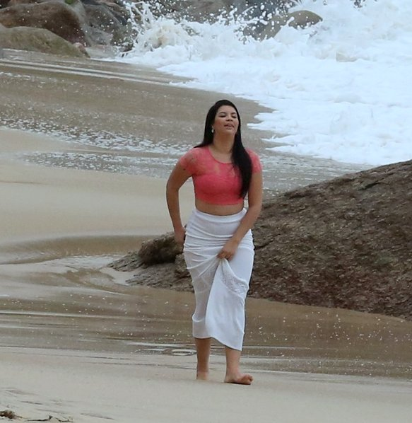 The 20-year-old single mom has revealed all to foreign tabloids and here she poses on the beach for a photoshoot. (Photo: AgNews)
