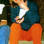 "Mitch Hedberg later in his career, with tobacco pipe and ""soda pop."" (Photo: Twitter/Reproduction)"