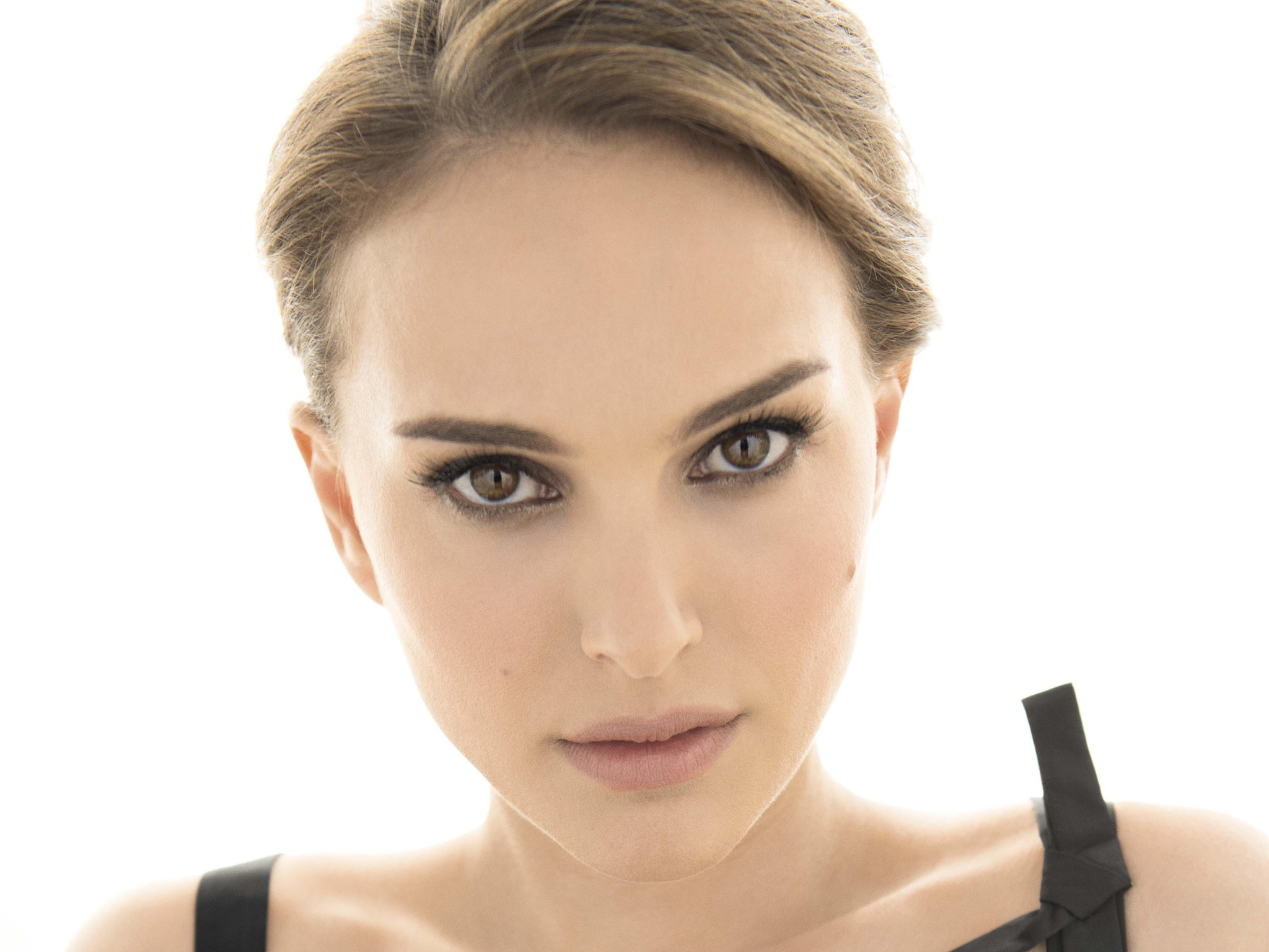 Being Jewish, the beautiful Natalie Portman speaks fluent Hebrew. However, her linguistic talents go beyond that. She also speaks Spanish — which some say she learned while dating fellow actor Gael García — , German, Japanese, and a little French. Among all polyglot celebrities, one could say Portman is a true master of foreign languages.(Photo: Archive)