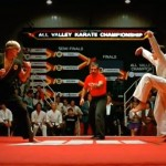 The referee in the final match is Pat E. Johnson, a karate expert and former student of Chuck Norris. He instructed many movie stars in karate, even Karate Kit itself. (Photo: Archive)