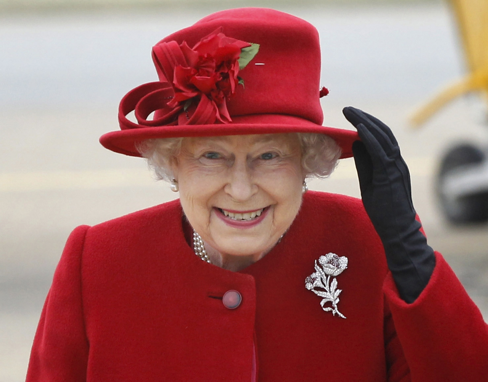 Queen Elizabeth II in red. (Photo: Archive)