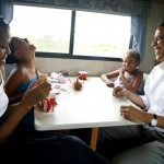 Obama and his family playing cards during a campaign swing in Iowa. (Photo: Archive)