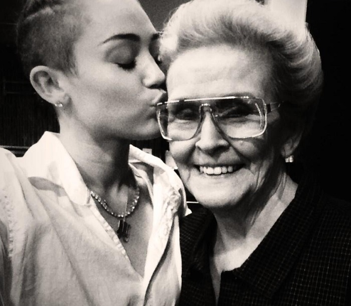 """Because I'm her favorite & she is mine."" Miley Cyrus and her ""Mammie"", Loretta Finley. (Photo: Instagram)"