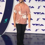 Wearing a washed-pink shirt for the 2017 MTV VMA Awards. (Photo: WENN)