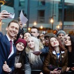 Tom Hiddleston posing with fans at the 2017 Three Empire awards, in London. (Photo: WENN)