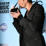Enrique Iglesias celebrating his win as Best Male in Latin Music during the 2008 AMAs. (Photo: WENN)