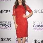 Mayim look elegant with an all red, laced dress paired with grayish velvet stilettos during the People's Choice Awards 2017. (Photo: WENN)