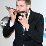 Michael Bublé posing with his award at the 2014 American Music Awards ceremony. (Photo: WENN)