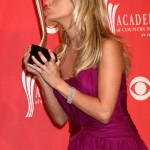 Carrie Underwood posing with the Top Female Vocalist award at the ACM 2088 ceremony. (Photo: WENN)