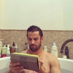 New York Jets' Erick Decker can't put down his iPad not even for a bubble bath! (Photo: Instagram)