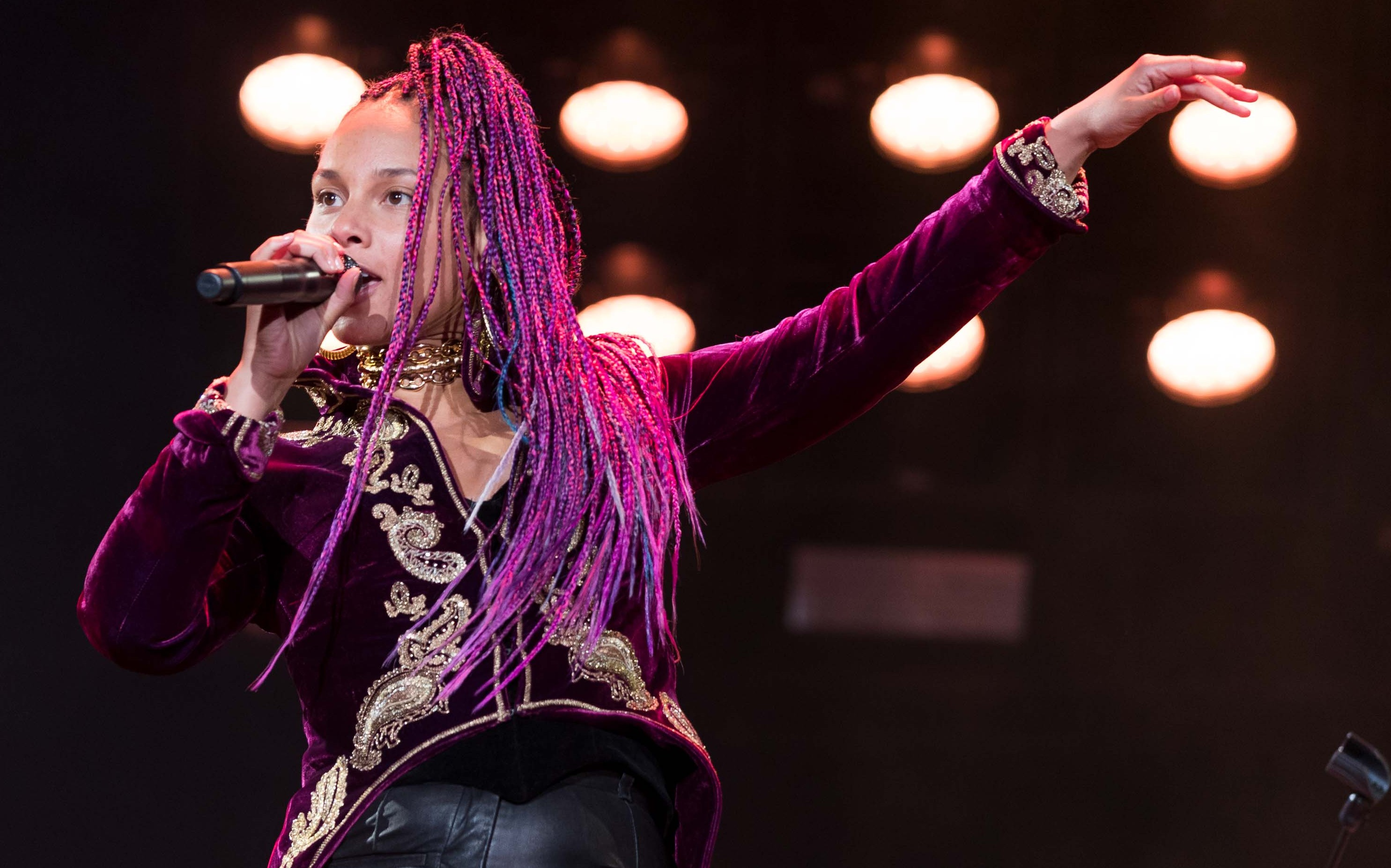 Alicia Keys rocking pink locks as she performed at a benefit concert for the UCSF Benioff Children's Hospital. (Photo: WENN)