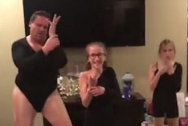 """Dad Dressed Up As Beyoncé Dancing To """"Single Ladies"""" Will Make Your Day!"""