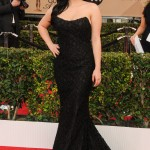 Ariel Winter hit the 2016 SAG Awards red carpet in a strapless, open-back lace black gown that revealed her breast reduction scars. (Photo: WENN)