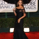 Penelope Cruz posing like a pro under the pouring rain at the 67th Golden Globes Awards. (Photo: WENN)