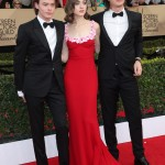 Charlie Heaton opted for a classic black tuxedo and crisp white shirt as he posed next to Natalia Dyer and Joe Keery at the SAG Awards 2017 red carpet. (Photo: WENN)