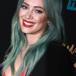 "Hilary Duff made a heart-stopping appearance at the premiere of the TV series ""Younger"" with a full blue head and contrasting red lips. (Photo: WENN)"
