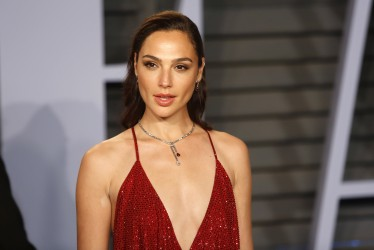 "Gal Gadot Closes Deal To Star Opposite Dwayne Johnson in New Action Film ""Red Notice"""