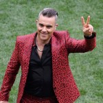 Seems like someone isn't a fan of Twitter's jokes about his outdated fame. See what people are saying about Robbie Williams' questionable performance at the World Cup Russia 2018. (Photo: Release)