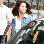 Selena was all smiles as she enjoyed a cup of coffee with a friend wearing a simple tight white tee underneath a classic light blue jean jacket with fur collar. (Photo: WENN)