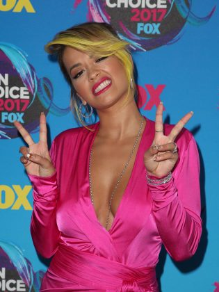 Rita Ora looking flashing double peace signs at the Teen Choisce Awards 2017 red carpet. (Photo: WENN)