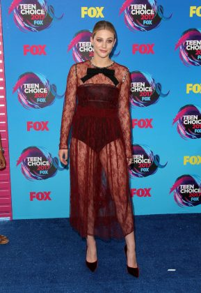 Lili showed off her legs in a transparent, burgundy lace dress with long sleeves and a giant black velvet bow adorning the neckline at the 2017 Teen Choice Awards. (Photo: WENN)