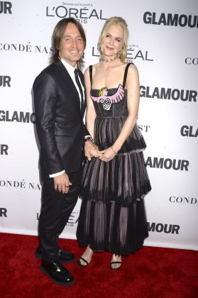 Keith and Nicole locking hands at the 2017 Glamour Women of the Year Awards. (Photo: WENN)