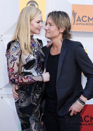 Keith Urban getting his wife Nicole Kidman's support at the 2016 ACM Awards. (Photo: WENN)