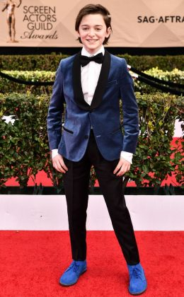 Noah turned heads at the 2017 SAG Awards wearing a made-to-order midnight blue velvet jacket with black lapel, paired with matching bright cobalt blue shoes. (Photo: WENN)