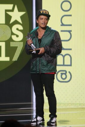 """24k Magic"" singer Bruno Mars has a big voice despite his 5'5"" frame! (Photo: WENN)"