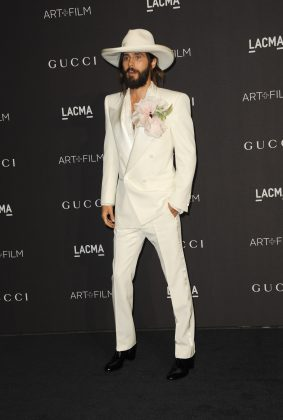 Jared Leto in all white while attending the LAC 2018 Art + Film Gala. (Photo: WENN)