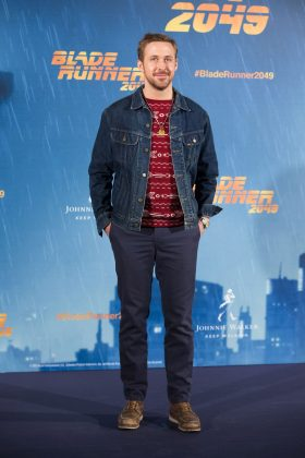 "Ryan Gosling's burgundy knitted sweater gave us some major Christmassy vibes at the ""Blade Runner 2049"" photocall in Madrid. (Photo: WENN)"