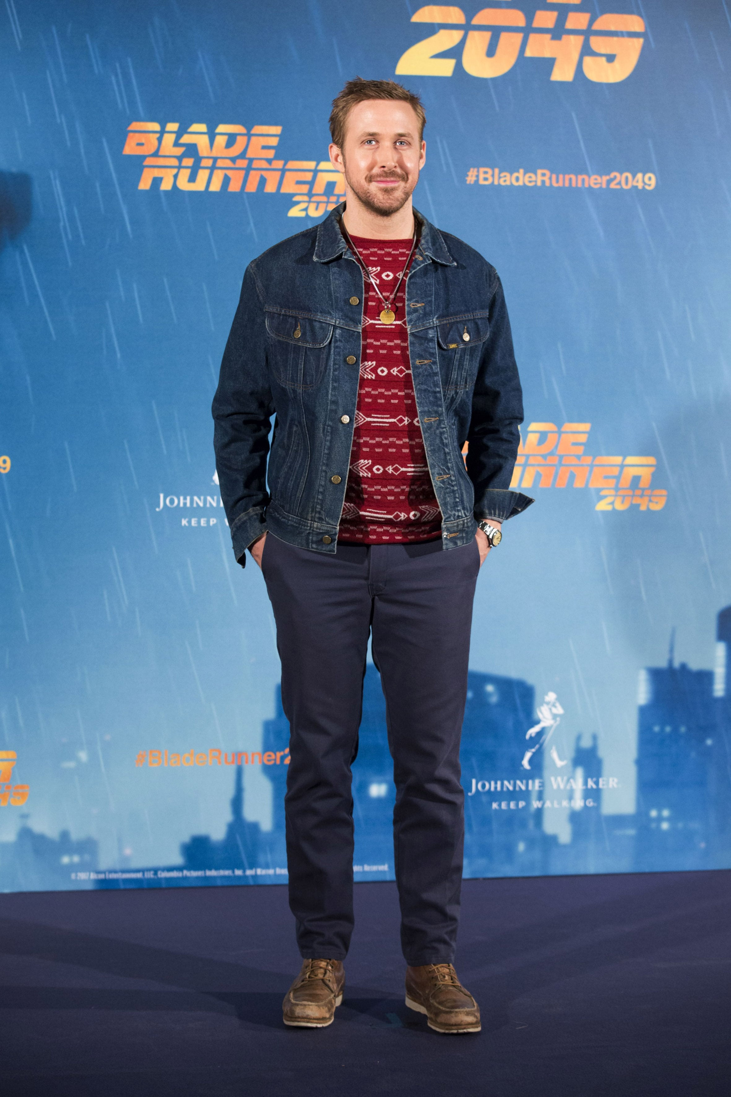 """18923d1c88 Ryan Gosling s burgundy knitted sweater gave us some major Christmassy  vibes at the """"Blade Runner"""