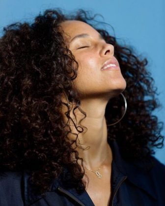A picture of Alicia Keys quietly thanking God for making her this naturally beautiful. (Photo: Instagram)