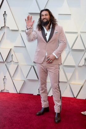 Jason Momoa brought everyone's favorite 90's accessory onto the red carpet, wearing a pink velvet Fendi Scrunchie. (Photo: WENN)