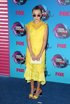 Millie brightened up the red carpet at the Teen Choice Awards 2017 in a fierce yellow Kenzo dress with matching colorful sandals by Pierre Hardy. (Photo: WENN)