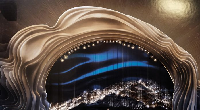 The 2019 Academy Awards had an oddly sinister set design. The sinuous, poufy golden proscenium arch resembled nothing so much as a King Kong-sized version of Donald Trump's hair. (Photo: Release)
