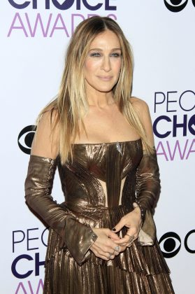Dress how you want to be addressed. Take for instance SJP's metallic outfit. She looks like a walking prize, doesn't she? No wonder why she won a People's Choice Award that night! (Photo: WENN)