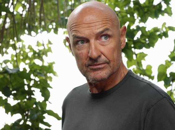 "After been killed by Ben Linus, John Locke from ""Lost"" suddenly returned, walking among the survivors of another plane crash on an island located near the main one. (Photo: Release)"