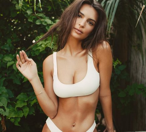 In honor of her 28th birthday, here are 10 pictures of EmRata flaunting her flat tummy that will ABSolutely blow your mind. (Photo: Instagram)