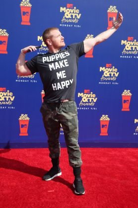 Puppies make us all happy, Wes Bergmann. But that doesn't mean you'll ever see us wearing that on a shirt—specially not while walking down a red carpet. (Photo: WENN)