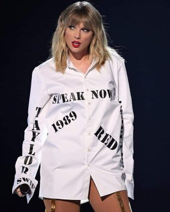 The Taylor Swift and Scootter Braun feud leading up to the AMAs of which we were reminded with her oversized shirt bearing the names of her albums. (Photo: Instagram)