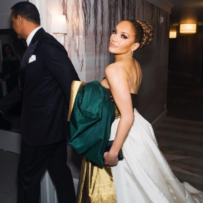 Christmas is over, but apparently Jennifer Lopez didn't get the memo. (Photo: Instagram)